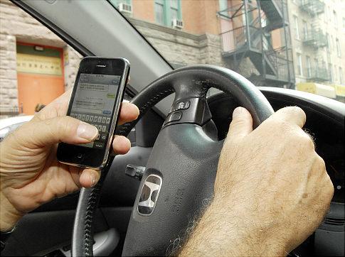 wciaz-korzystamy-z-telefonu-podczas-jazdy