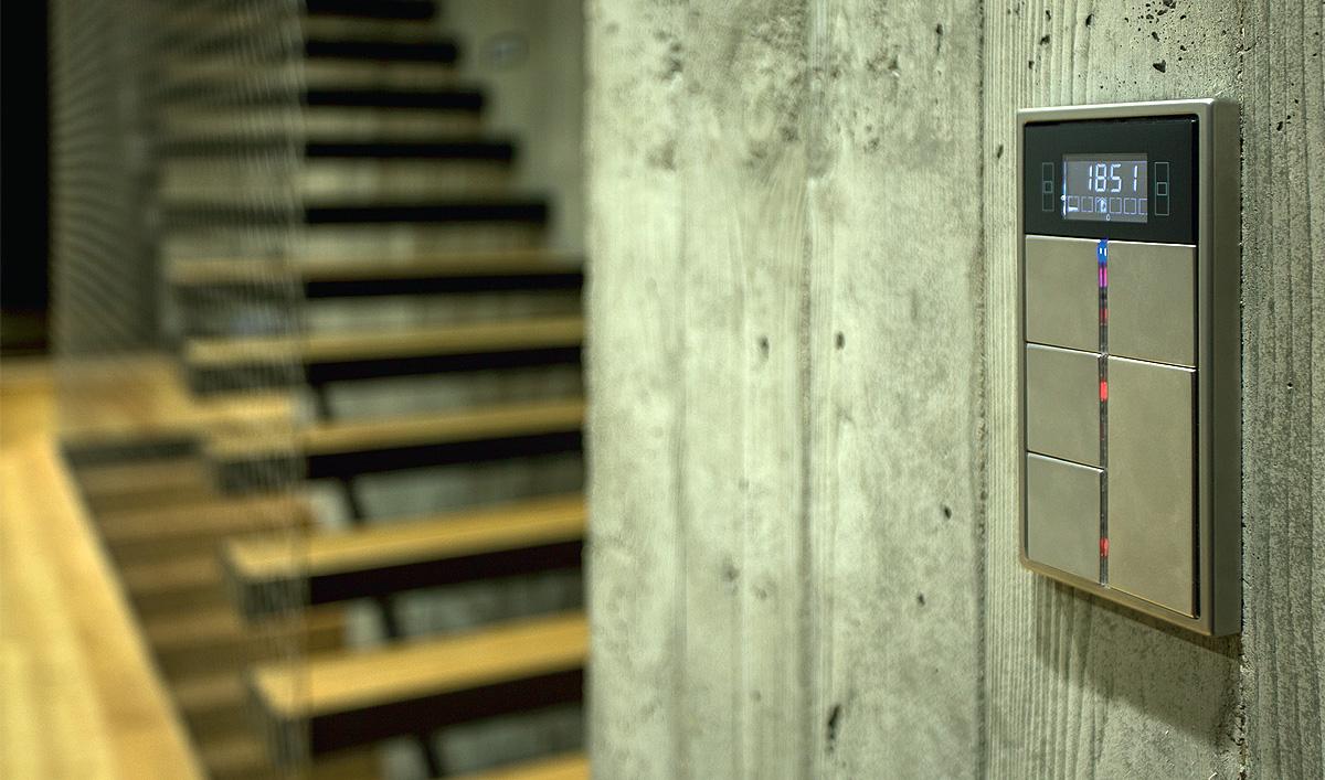 Fot. 2. W domu nad morzem zintegrowano wszystkie instalacje budynkowe. Począwszy od oświetlenia wewnętrznego w technologii LED (z możliwością ściemniania), zewnętrznego LED, poprzez ogrzewanie z indywidualnymi nastawami dla każdego pomieszczenia, kocioł gazowy, centralę wentylacyjną, rekuperator, technologię basenową, saunę, wideofon, system alarmowy i kontroli dostępu, CCTV, kotary, rolowane kraty zewnętrzne, instalację wodną, podgrzewanie rynien spustowych, podgrzewanie podjazdu i ścieżek, po sterowanie bramami i furtkami.