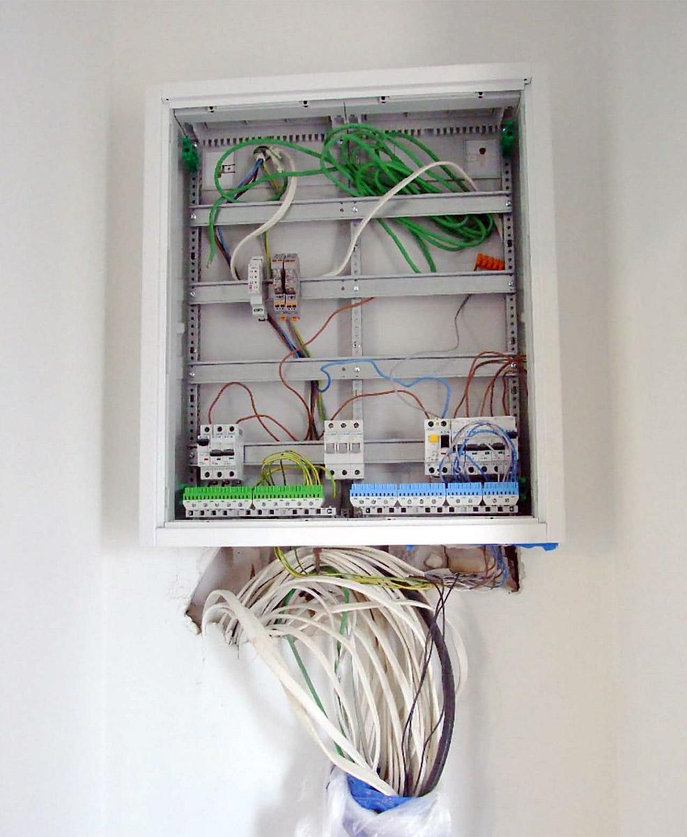 Rys. 4. Przewody elektryczne doprowadzone go rozdzielnicy przed montażem urządzeń.