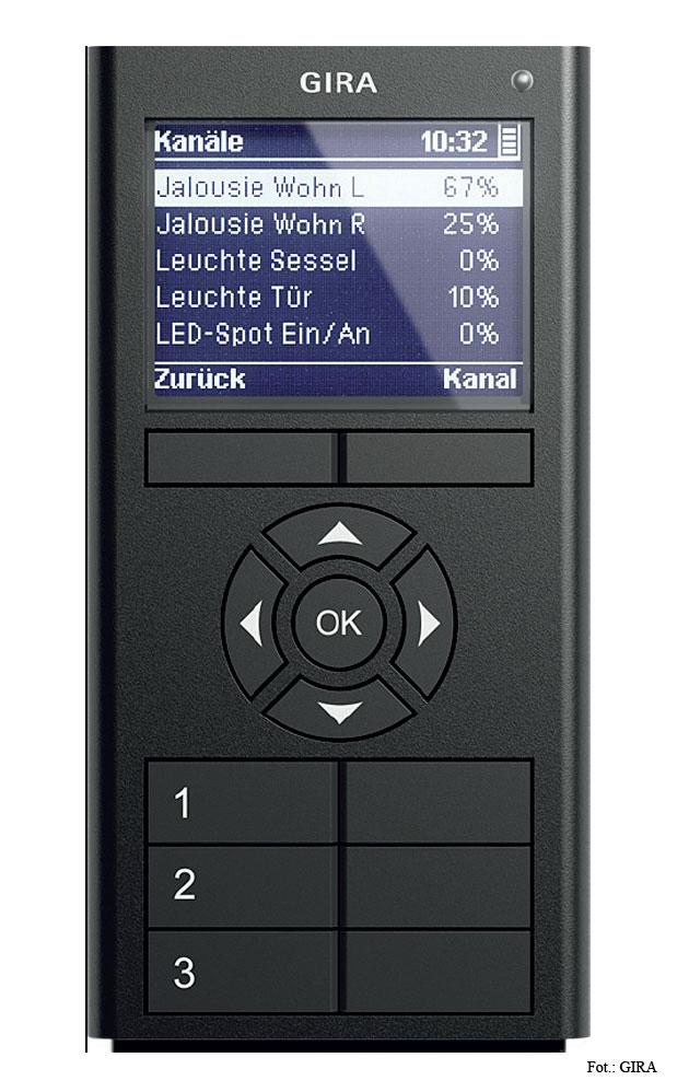 Fot. 4. Pilot radiowy posiada przyciski do szybkiego używania najczęściej potrzebnych funkcji oraz ekran z przyciskami do nawigacji, za których pomocą można zarządzać instalacją w całym domu.