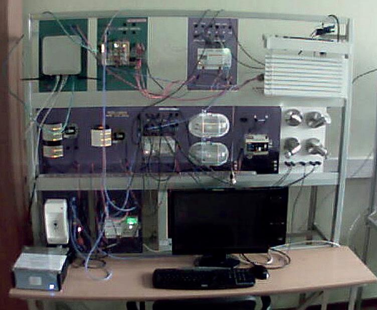 """Fot. 2. Stanowisko laboratoryjne przygotowane dla potrzeb realizacji projektu """"Wizualizacja Fachowy Elektryk""""."""